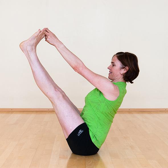 Blick auf Helen Barsby in einer Yoga-Übung